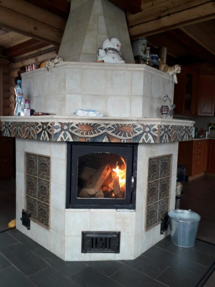 печь-камин в доме с отделкой