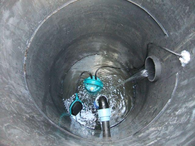дренажный насос оборудован специальным поплавком, который регулирует уровень очищенной воды