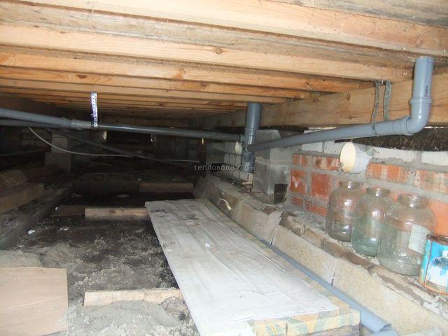 канализационные трубы в подвле